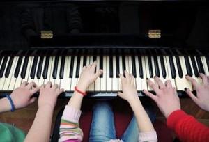 Piyano çalan çocuklar