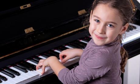 Piyano çalan kız öğrenci