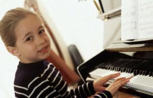 Piyano çalan öğrenciler