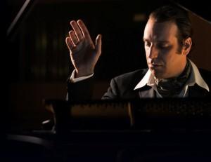 Piyano çalan piyanist