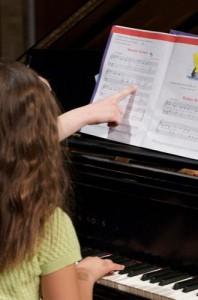 Piyano öğrencisi piyano öğretmeni ile